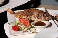 Gehele gekookte vissen en salade Royalty-vrije Stock Afbeelding