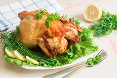 Gehele geroosterde kip met groenten op plaat Royalty-vrije Stock Foto's