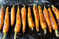 Gehele geroosterde wortelen met staarten royalty-vrije stock afbeeldingen