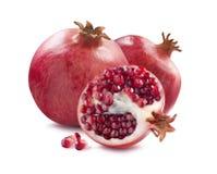 Gehele granaatappels en halve plak op witte achtergrond Stock Afbeeldingen
