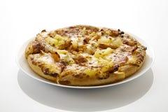 Gehele Hawaiiaanse pizza geen wit Royalty-vrije Stock Foto's