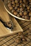 Gehele hazelnoten in een houten kom Royalty-vrije Stock Foto