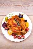 Gehele kip met vruchten, groenten en bessen: fig., graan op maïskolf, druif, pruimen en braambes Royalty-vrije Stock Afbeelding