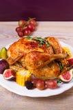 Gehele kip met vruchten, groenten en bessen: fig., graan op maïskolf, druif, pruimen en braambes Royalty-vrije Stock Fotografie