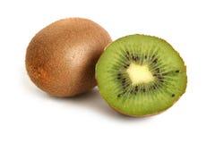 Gehele kiwi en de helft van kiwi Royalty-vrije Stock Foto's