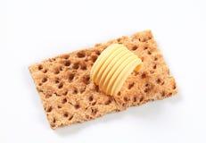 Gehele korrelknäckebrood en boter royalty-vrije stock afbeeldingen