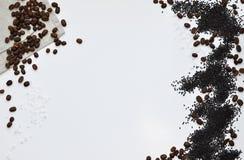 Gehele korrels van geroosterde zwarte die koffie op een linnenhanddoek wordt verspreid royalty-vrije stock fotografie