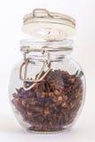 Gehele kruidnagels in kruik Royalty-vrije Stock Foto's
