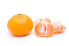 Gehele mandarijn en sommige segmenten royalty-vrije stock afbeeldingen