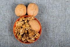 gehele okkernoten en pitten op juteachtergrond, gezond voedsel stock afbeelding