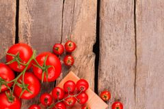 Gehele ongekookte verse rijpe tomaten op hout royalty-vrije stock fotografie