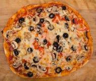 Gehele paddestoel en olijfpizza stock afbeelding