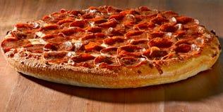 Gehele pepperonispizza stock afbeelding
