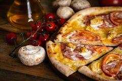 Gehele pizza met kip, ham en tomaten Royalty-vrije Stock Afbeelding