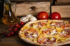 Gehele pizza met kip, ham en tomaten Stock Foto