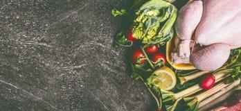 Gehele ruwe kip met verse groenteningrediënten op grijze granietlijst, hoogste mening, banner stock fotografie
