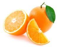 Gehele sinaasappel, de helft van oranje en oranje segment. royalty-vrije stock afbeelding