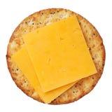 Gehele tarwecracker en kaas, die op witte achtergrond wordt geïsoleerdd Royalty-vrije Stock Foto