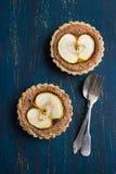 Gehele tarwetaartjes met chocolade frangipane en appel Royalty-vrije Stock Foto