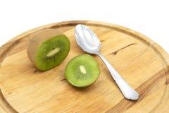 Gehele verse kiwifruit sneed open, om met een lepel worden gegeten royalty-vrije stock afbeeldingen