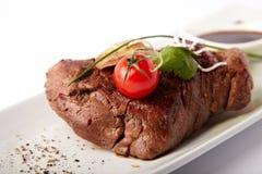 Gehele vrede van geroosterd vlees met tomaat Stock Foto's