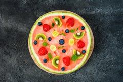 Gehele watermeloenpizza met vruchten, donkere achtergrond, hoogste mening Stock Afbeelding