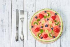 Gehele watermeloenpizza met vruchten, witte houten achtergrond, bovenkant Royalty-vrije Stock Fotografie
