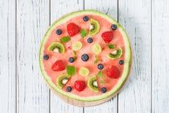 Gehele watermeloenpizza met vruchten, witte houten achtergrond, hoogste mening Royalty-vrije Stock Fotografie