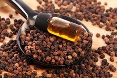 Gehele zwarte peper en olie royalty-vrije stock foto
