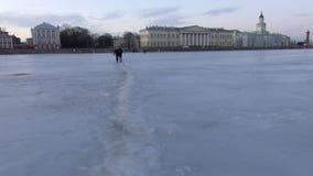 Gehen über gefrorenen Neva River stock video