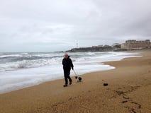 Gehen auf Biarritz-Strand lizenzfreie stockfotos