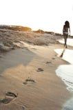 Gehen auf den Sand stockfotos