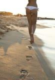 Gehen auf den Sand lizenzfreie stockbilder