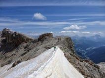 Gehen auf den Schnee im August Stockfotos