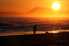 Gehen auf den Strand am Sonnenaufgang Lizenzfreies Stockbild