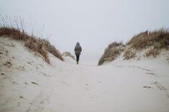 Gehen auf den Winterstrand Lizenzfreies Stockfoto