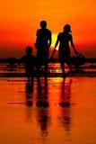 Gehen auf die Feuchtgebiete am Sonnenuntergang Stockfoto
