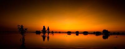 Gehen auf die Feuchtgebiete am Sonnenuntergang Stockbilder