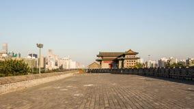 Gehen auf die Stadtmauer von Dongbianmen in Peking stock video