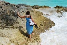 Gehen auf einen Felsen stockfoto