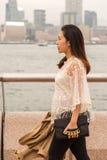Gehen auf einen Pier mit ihrer Wolljacke stockbild