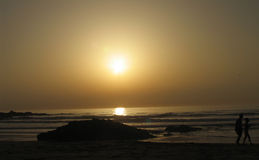 Gehen auf einen Sonnenuntergang Stockfotos