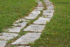 Gehen auf einen Steinpfadgarten Stockbild