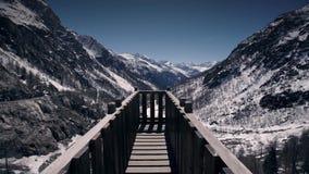 Gehen auf hölzerne Brücke stock video