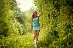 Gehen auf Schiene im Tunnel der Liebe Stockfoto