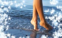 Gehen auf Wasser mit Schneeflocken stockbild