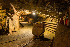 Gehen das alte verlassene Bergwerk Stockbild