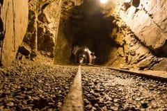 Gehen das alte verlassene Bergwerk Lizenzfreies Stockfoto