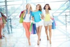 Gehen in das Mall Stockbild