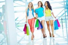 Gehen in das Mall Lizenzfreies Stockbild
